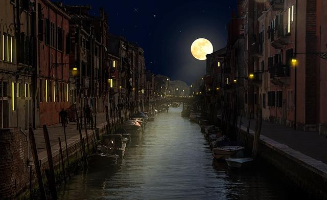 月の満ち欠けの画像