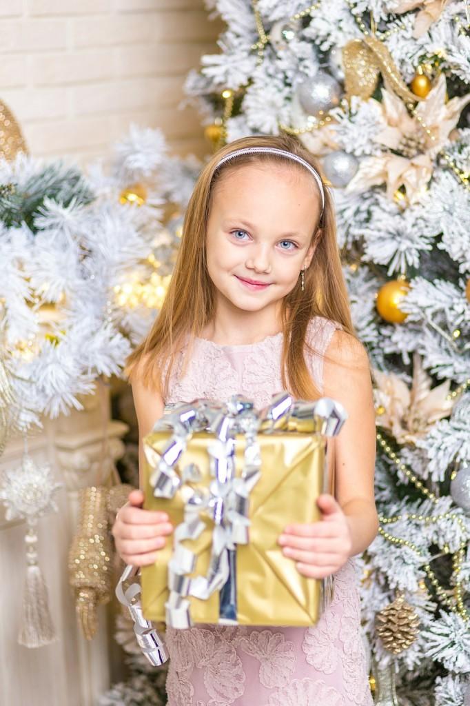 子供へクリスマスプレゼントの画像