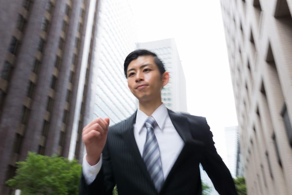 走るビジネスマンの画像