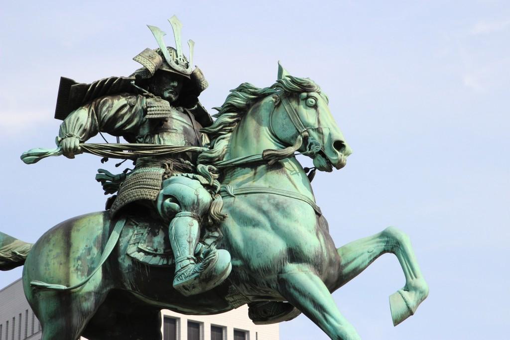 武士の像の画像