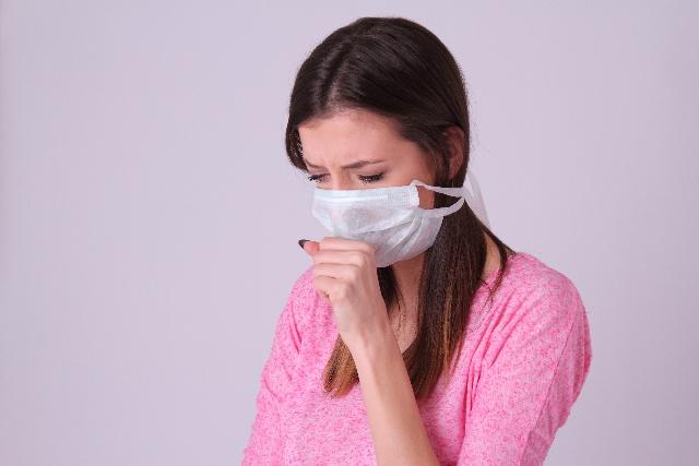 咳き込む少女の画像